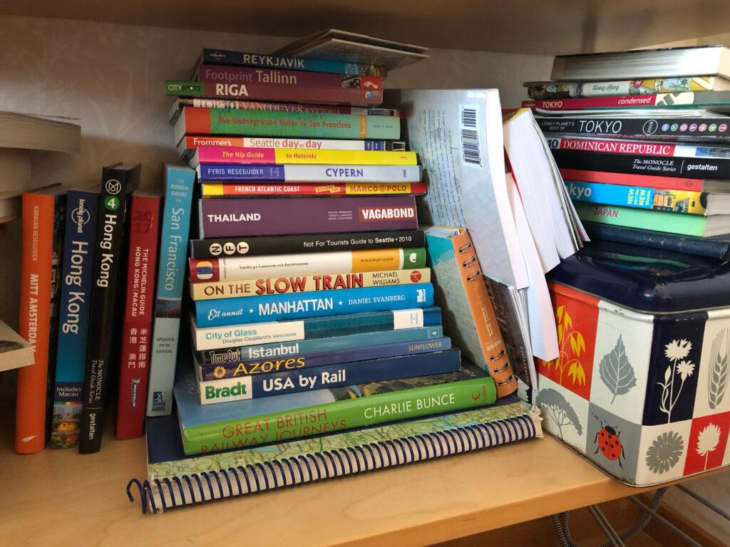 Hyllan med reseböcker. Lådan till höger är fylld med små reseguider, framför allt från InsideOut Guides.
