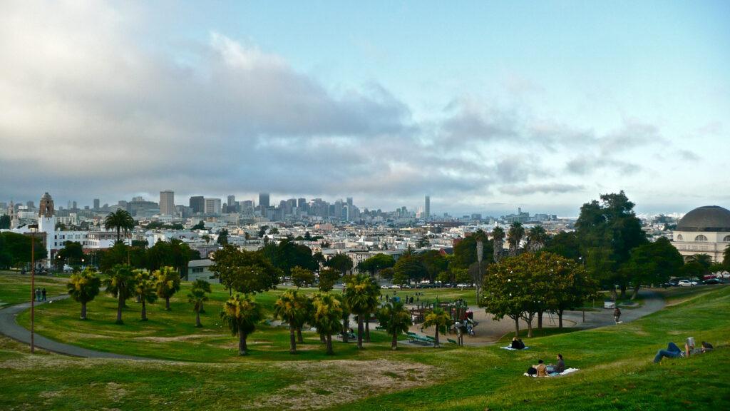 Mission Dolores Park med San Francisco city i bakgrunden.